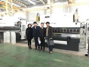 Os clientes coreanos visitan a nosa fábrica